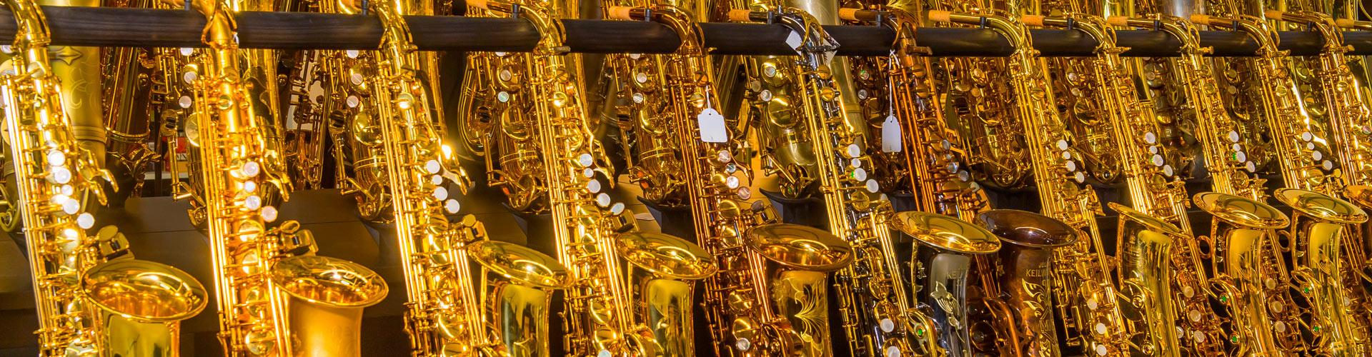 Die Saxophontheke des Musikhaus Beck. Über 50 Saxophone zum direkten Anspielen.