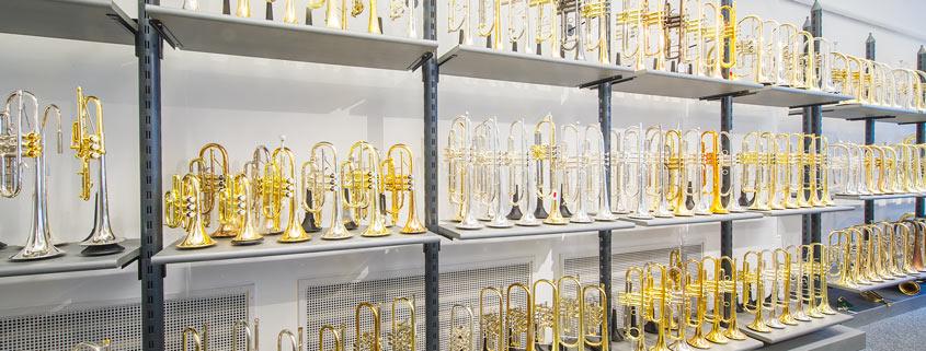 Trompetenwand im Musikhaus Beck. Weit über 100 Instrumente in ständiger Präsentation.