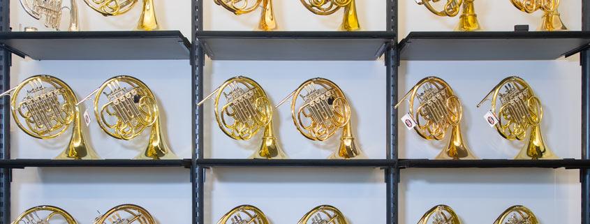 Die Hornwand im Musikhaus Beck.