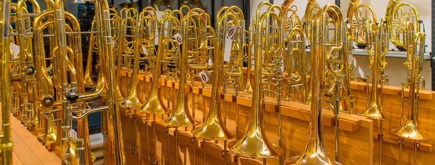 Posaunenwald im Musikhaus Beck. Über 60 Instrumente in ständiger Präsentation.