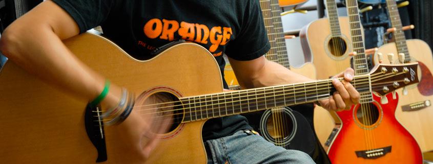 Gitarre spielen im Musikhaus Beck