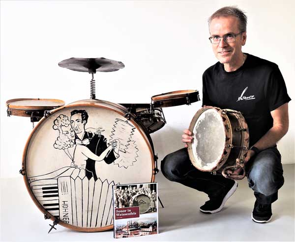 Klaus Ruple vor sinen Vintage Drums mit seiner Sonor-Chronik