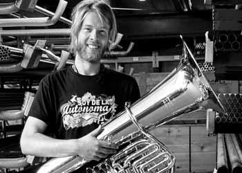 Stefan Huber, Tubist von LaBrassBanda im Musikhaus Beck zum Tubaworkshop
