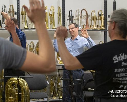 Lockerungsübungen Tubaworkshop mit Peter Laib im Musikhaus Beck. Moop Mama und Original Egerländer Musikanten