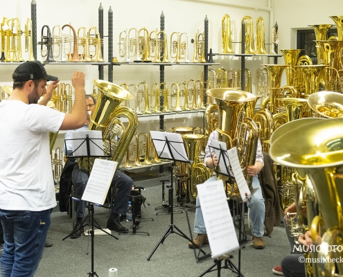 Inmitten einer tollen Tubapräsentation. Tubaworkshop mit Peter Laib, Moop Mama und die Egerländer im Musikhaus Beck.