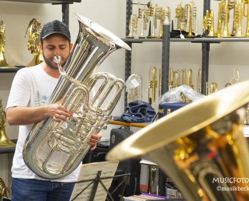 Peter Laib mit seiner Melton Tradition F-Tuba. Tubaworkshop mit Peter Laib, Moop Mama und die Egerländer im Musikhaus Beck.