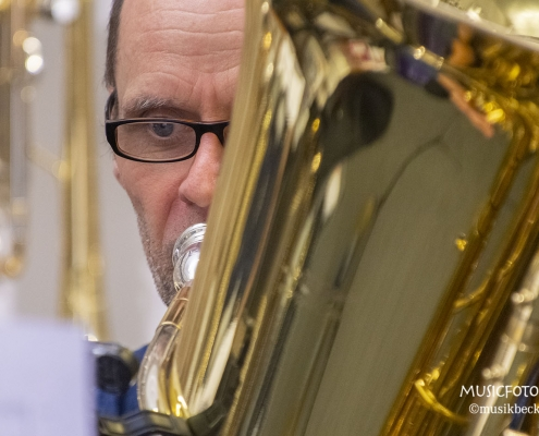 Ein Auge auf den Noten muss reichen! Tubaworkshop mit Peter Laib, Moop Mama und die Egerländer im Musikhaus Beck.