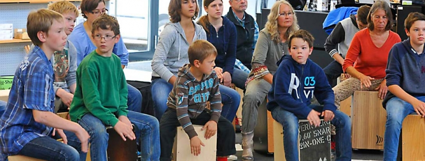 Spaß für Jung bis Junggeblieben. Cajonworkshop im Musikhaus Beck mit Markus Püngel.