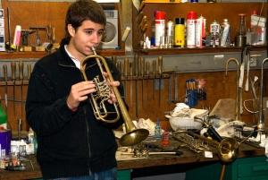 Rubén Simeó sucht sich eine Beck Opus-B Konzerttrompete aus.