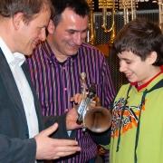 Matthias Beck und Francisco Montesinos Fides überreichen Rubén Simeó die Piccolo Masterpiece