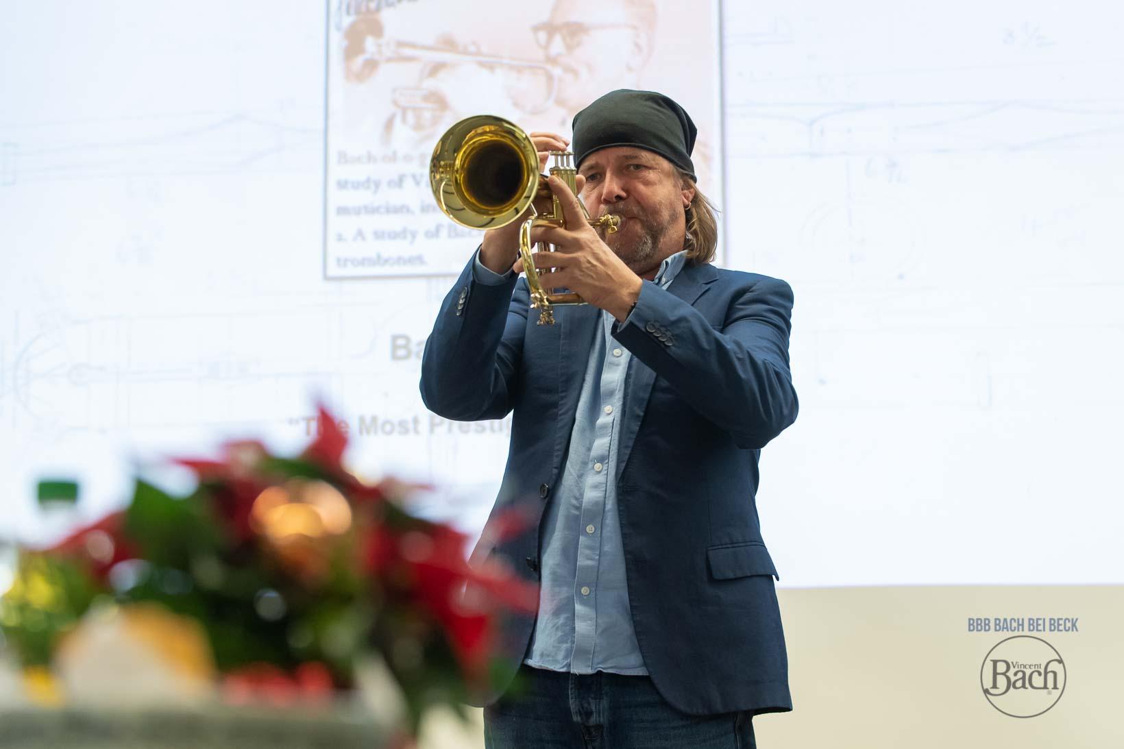 Bach Stradivarius Trompeten und Posaunen im Pro Brass Studio Musikhaus Beck. Vergleiche und teste auch Instrumente anderer Hersteller. Über 300 Trompeten und über 100 Posaunen.
