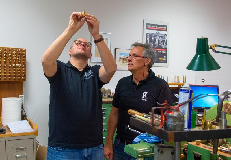 Matthias Beck und Karl Breslmair in der Werkstatt in Wien
